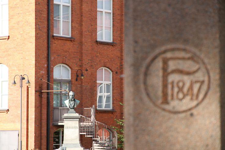 Axel Wilhelm Wahren perusti vuonna 1847 kehräämön Forssaan. Tästä syntyi Suomen ensimmäinen maaseudulle perustettu teollisuusyhdyskunta. http://www.forssa.fi/matkailu/kehraamoalue/