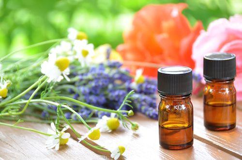 Pour réaliser une cure detox, on mise sur les huiles essentielles. Elles activent la circulation sanguine, drainent le foie et raffermissent les tissus.