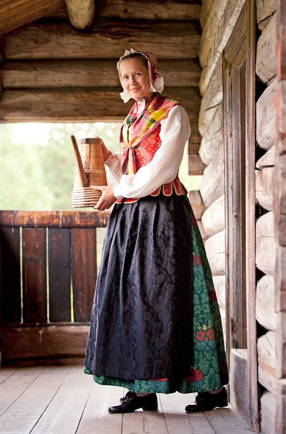 The Hedemark bunad is one of these. It represents the costume tradition from the late 18th and early 19th centuries costume and is heavily influenced by the Rococo style with cuts and material that were very modern for the time.