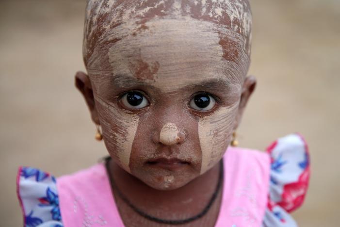 Masa Kecil Bocah Rohingya di Kamp Pengungsian  KIBLAT.NET Rakhine  Hidup di penampungan jauh dari kampung halaman dan bertempat tinggal dibawah gubuk tidak menutupi keceriaan di wajah-wajah bocah Rohingya. Serangan militer Burma yang menyasar Rakhine telah menghantarkan bocah-bocah Muslim etnis Rohingya ke kamp-kamp pengungsian.  Meski hidup di kamp pengungsian yang jauh dari tempat hiburan dan berbagai arena bermain mereka tetap tumbuh layaknya anak-anak pada umumnya. Walau kadang juga…