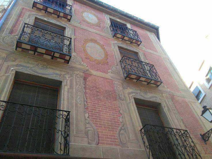 Edificio junto al palacio del Cardenal Lorenzana