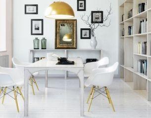 Naturalność, lekkość, przestronność – to istotne elementy stylu skandynawskiego. Zachwycającą subtelność uzyskano tu dzięki harmonijnej, pastelowej kolorystyce – rozbielonym różom i błękitom oraz nieodzownej w tym przypadku bieli. Starannie dobrane dodatki ciekawie urozmaicają tę niezwykle harmonijną aranżację.