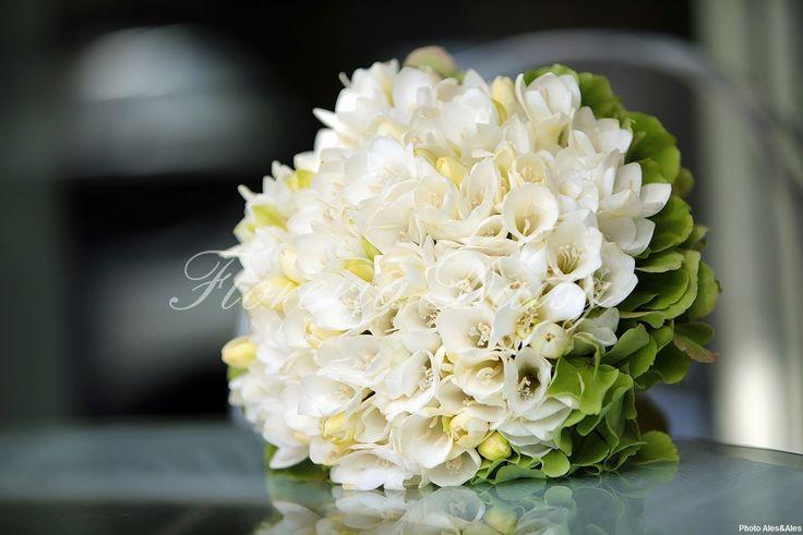 Bouquet-da-sposa-fresie-bianche-e-ortensia-verde-2.jpg (1214×810)