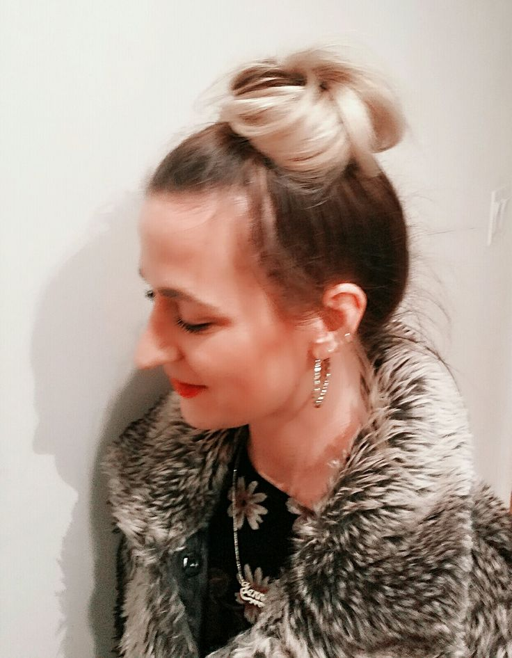 Perfect messy top bun for a girls' night out 💋💄  #cutehair #hairdid #topknot #messybun #goodhair #moroccanoil #prettyhair #btcpics #hairstyle #hairstlyist #buzzfeed #hairbrained #hair #stylist #joannboznosartistry