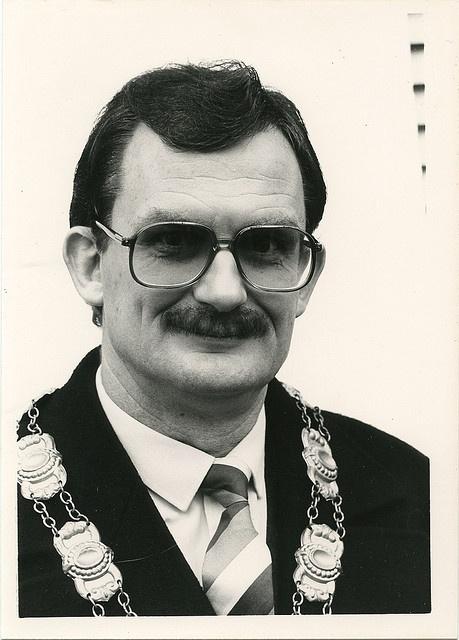 """Wim de Bie as Burgemeester Van der Vaart, mayor of Juinen. Photo by Roel Bazen © 1982. First published in """"De Juinensche Courant"""", December 18, 1982"""