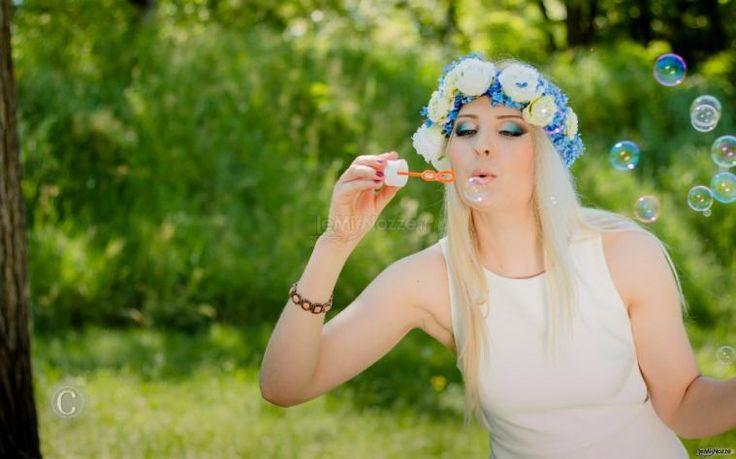 Catherina, make up artist, mette in atto un gioco di colori, luci e ombre che le dà la possibilità di trasformare la sposa e di farla sentire splendida e desiderata.