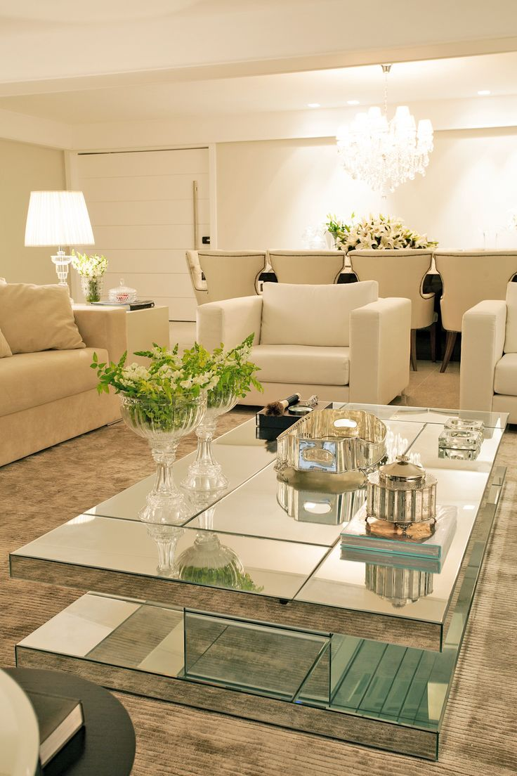 Apartamento com cores claras, mix de texturas e recursos de camuflagem - lindo!