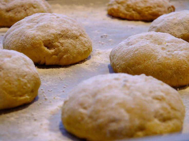 Pompoenkoekjes Recept Met pompoen kun je niet alleen soep maken maar ook nog heel veel andere lekkere dingen. Je kunt pompoen gebruiken in zowel hartige als in zoete gerechten. In dit koekjes recept heb ik gebruik gemaakt van pompoen. Deze pompoenkoekjes zijn makkelijk te maken ook ook nog eens heel erg lekker. Het pompoenkoekjes recept: 200 gram zelfrijzend bakmeel 200 gram pompoen in blokjes (zonder schil) 1 theelepel koekkruiden 1 vanillestokje 1 eiwit + 1 dooier 75 gram ongezouten zachte…