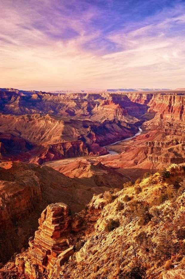 Grand Canyon, dans le nord-ouest de l'Arizona450 km de long, 1 300 m de profondeur en moyenne, et une largeur qui varie de 5 à 30 km... Difficile d'imaginer que ce canyon colossal été creusé par un fleuve ! Les strates du Grand Canyon racontent 1,7 milliard d'années de l'histoire géologique du continent nord-américain ! Ne vous fiez pas à l'aridité qui semble régner. En hiver, la partie nord du Grand Canyon est recouverte de neige !Voir l'épingle sur Pinterest/ Via leebargus.tumblr.com