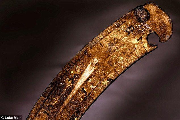 HMS London 1665-Experto CharlesTrollope cree que el desastre de Londres fue causado por los marineros re-uso de cartuchos de manera que algunos de los de algodón dentro de ellos se desintegró en un polvo fino, que se mezcla con la pólvora para crear una explosión.  A cerca de la escala en un instrumento de navegación aleación de cobre a partir de los restos del naufragio se representa