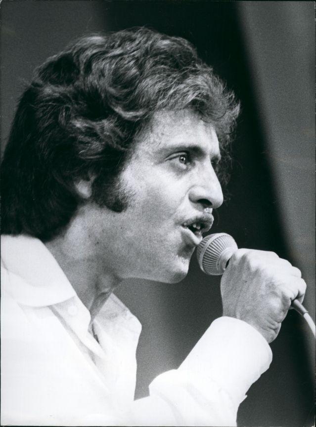 """Il n'y pas un an. Il n'y pas tout à fait un siècle non plus. Il y a 40 ans : en 1975, Joe Dassin ouvre cette chanson en parlant avec son laconique et fameux """"tu sais""""... Rebecca Manzoni décrypte cette chanson + BONUS : le remix de """"L'ETe indien"""" par Joël Collado © MaxPPP"""