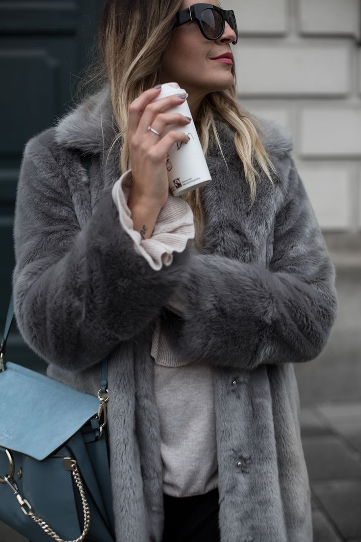 Sandra Ebert of black-palms.com zeigt euch wie ihr am besten einen grauen Fake Fur Mantel kombiniert. Chloé Faye, Reebok, Asos