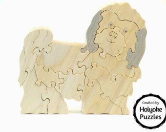 Altijd nieuwsgierig, deze Westie is op zoek naar een traktatie of een schouderklopje. Hij is gemaakt van populieren met een niet-toxisch schellak afwerking en maatregelen 5 ½ x 5 ½ x ¾ inch (14.3 x 14.3 x 1.9 cm). Dit ontwerp is onderdeel van onze Top 10 meest populaire Dogs-collectie, die kan worden gevonden in onze boutique. Een aantrekkelijke opbergtas is opgenomen in uw puzzel.  Het patroon is een origineel ontwerp door Barbara die je niet ergens anders vindt! Wij ontwerpen, hand…