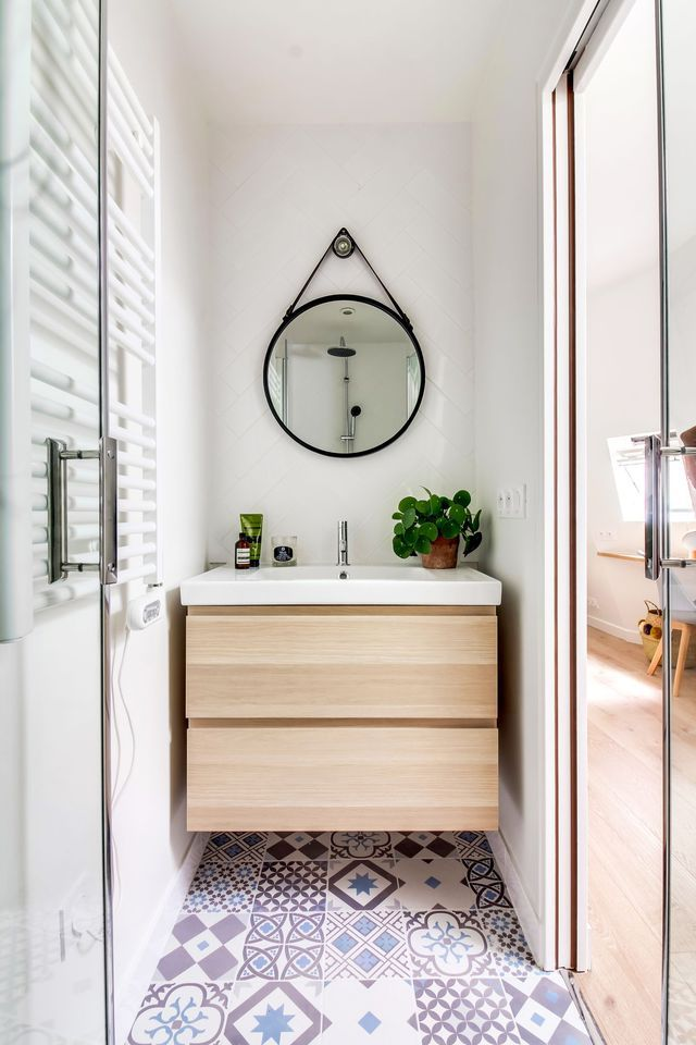 Ambiance graphique dans cette petite salle de bains grâce à un sol imitation carreaux de ciment