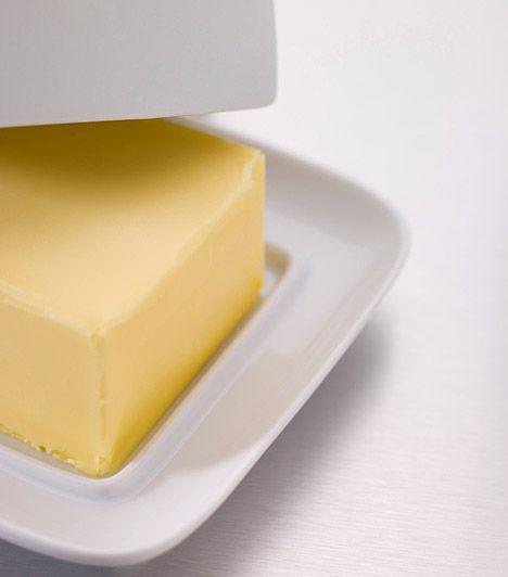 Vaj A rozsdafoltok eltávolításához a hűtőszekrényben találsz segítséget. Keverj el egy darab vajat körülbelül ugyanakkora mennyiségű sóval, dörzsöld be vele a rozsdát, majd 10 perc elteltével töröld le egy szivaccsal. A rozsda maradéktalanul eltűnik.
