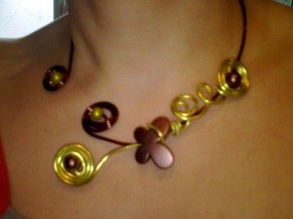 collier sur fil aluminium chocolat et vert pomme+papillon +perles  : Collier par pilouemilie
