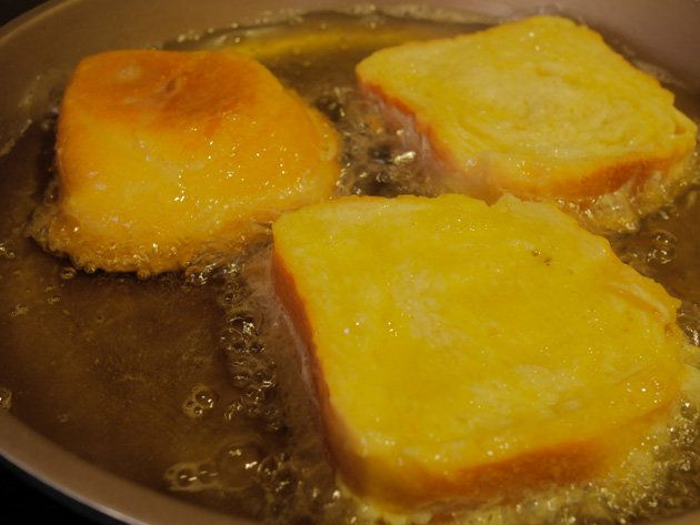 今回ご紹介するのは、torrijas(トリハス)というスイーツ。見た目はフレンチトーストですが、作り方が少し違うのです。外はカリッと中はジュワッとミルクが染み出すご当地おやつ。作り方がとても簡単なのもうれしい! 今回は、元シェフであるスペイン人のビクトリアにレシピとコツを教えてもらいました。