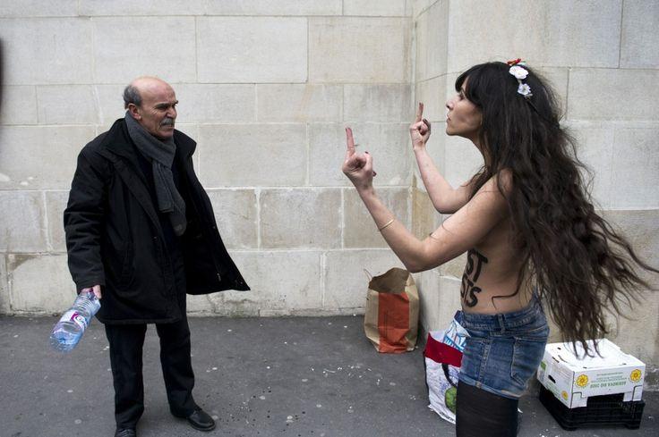 Questo signore non lha presa bene. La protesta è del gruppo delle attiviste di Femen che ha manifestato a Parigi contro gli islamici proprio davanti alla Grande Moschea.Le donne chiedono più libertà sessuali per le donne arabe. Ma finisce a calci