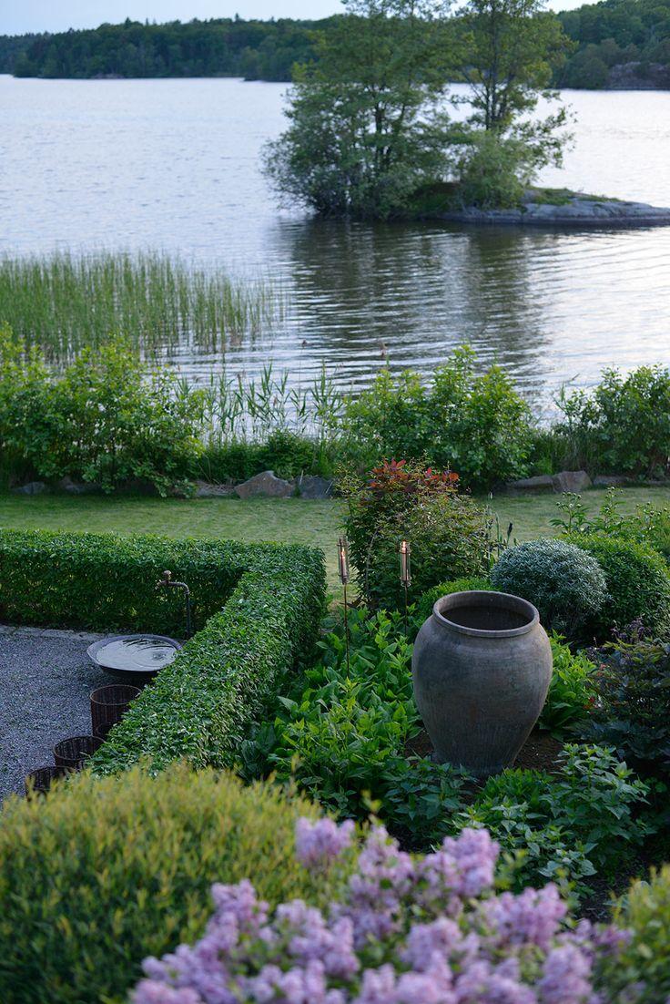 Trädgårdskran och nyklippt häck | Zetas Trädgård