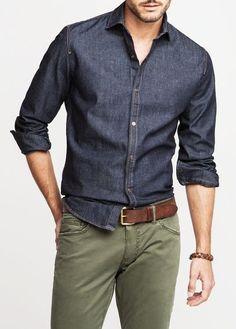 Comprar ropa de este look: https://lookastic.es/moda-hombre/looks/camisa-de-manga-larga-de-cambray-azul-marino-pantalon-chino-verde-oliva-correa-de-cuero-marron-oscuro/8068 — Pantalón Chino Verde Oliva — Correa de Cuero Marrón Oscuro — Camisa de Manga Larga de Cambray Azul Marino