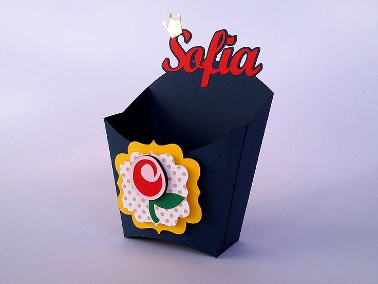 Caixa para batata fritas ou guloseimas em geral, personalizada com o nome da aniversariante no tema de A Bela e A Fera. A decoração segue as cores azul marinho, vermelho e amarelo. Festa A Bela e A Fera.