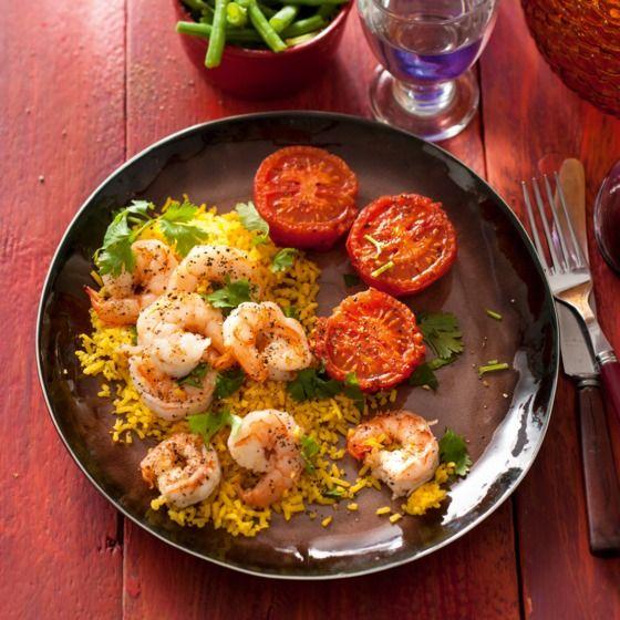 Gele rijst met knoflookpepergamba's en tomaat