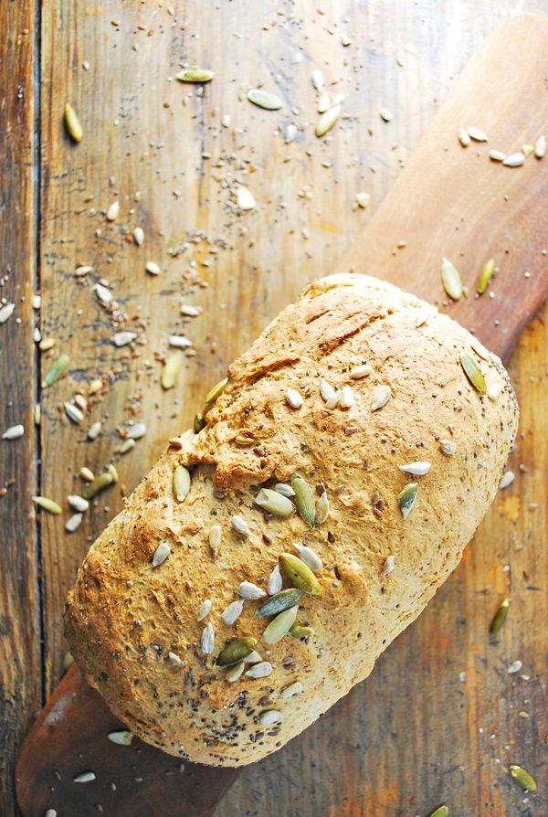 Pan de caja integral, delicioso y fácil de hacer. Esta receta me encanta hacerla porque es fácil, sana, sabrosa y podemos transformarla a nuestro gusto. Por ejemplo le podemos agregar semillas las cuales le quedan de maravilla, en este caso decidí utilizar algunas de girasol, linaza, calabaza y chía.