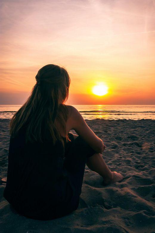 Genieten van de zonsondergang met je blote voeten in het zand.