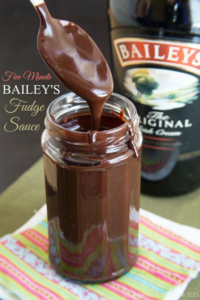 Cinco Minutos Fudge salsa de Bailey - una gruesa, crema irlandesa delicioso y salsa de postre de chocolate que usted puede hacer en muy poco tiempo! | cupcakesandkalechips.com | libre de gluten