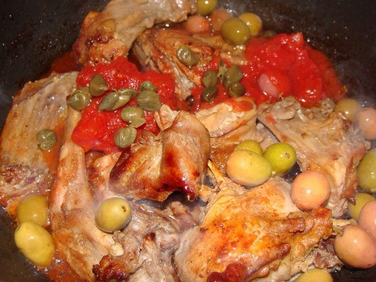Coniglio all'ischitana con capperi e olive