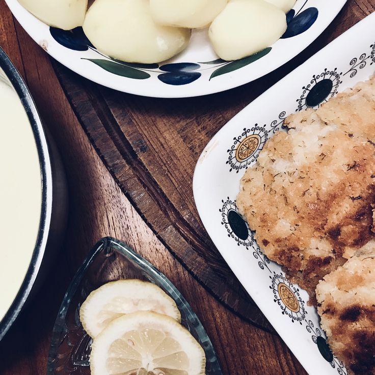 Mannagryns-fisk med potatis & sås. Ett av Mattias Kristianssons recept, koket.se. I denna rätt fick även tråkiga (mjuka) kex komma till användning - de krossades till ett ströbröd. . #panerad #crackers #torsk #lunch #middag #ekonomi #jävligtgott