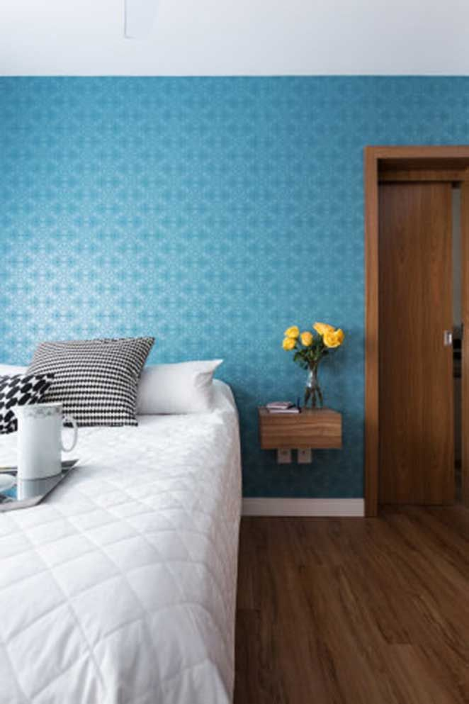 Como receber bem uma visita: organizando a casa! Quarto de visitas com parede azul, criado mudo suspenso. Toque especial das flores amarelas e da bandeja de café da manhã!