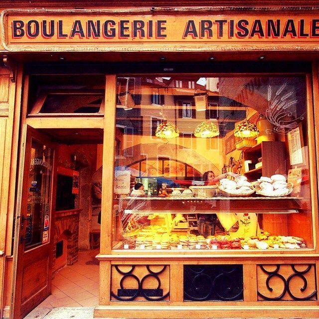"""Imágenes del mundo: Panadería ubicada en la ciudad de Annecy (Francia). Créditos: """"French bakery in Annecy, France"""" by JohnPickenPhoto is licensed under CC BY 2.0. https://www.flickr.com/photos/picken/5816621098 #cibervlachoimagenesdelmundo Visita mi Blog: http://cibervlacho.blogspot.com"""