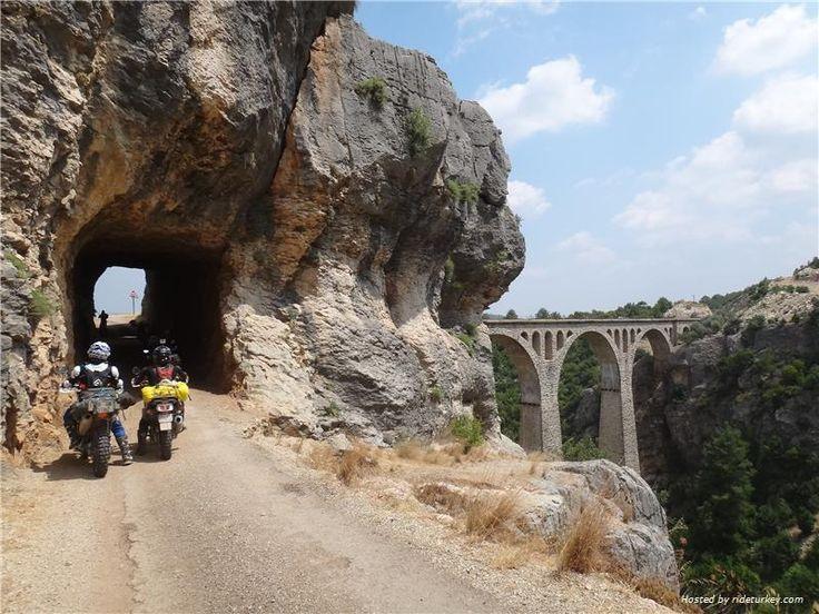 Adana Çakıt Vadisindeki 1912'li yıllarda Alman'lar tarafından yapılan kayadan oyma kara yolu.Alman Köprüsü'nün yantarafı.