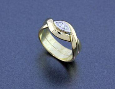 Bijzondere ring, gemaakt van twee geel gouden trouwringen. Met witgouden sierelement en briljanten. Van oude sieraden weer iets moois gemaakt! Mooie herinneringen! DIARTdesign.nl