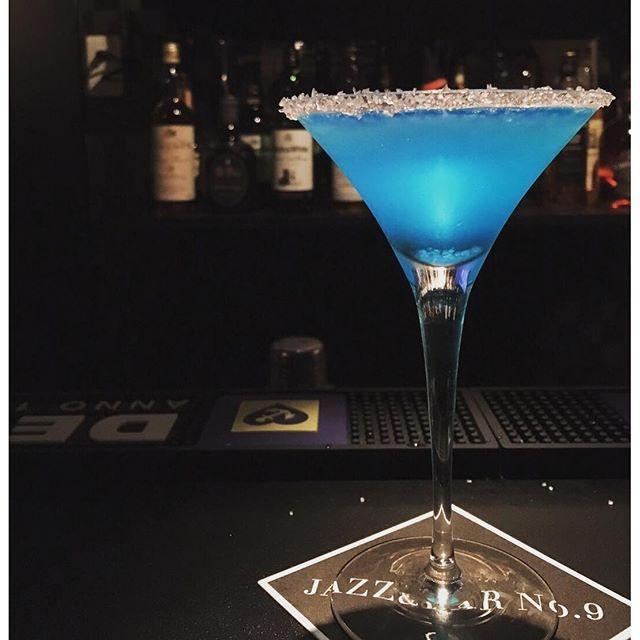 【jazzbarno.9】さんのInstagramをピンしています。 《. こんばんは 寒くなったりまた少し暑くなったりと、 変な気温がつづいてますね、、、 皆さま風邪にはお気をつけ下さい . さて、珍しく本日はカクテルをご紹介します テキーラベースのこちらは、 ブルー・マルガリータ という名前のカクテルでございます 海の色のような鮮やかなブルーが特徴で スノースタイルというグラスの縁に塩を 付けた柑橘系のさっぱりとした風味の一杯です ウイスキーだけでなく、カクテルもございますので、 是非お試し下さい⭐️ . #jazz #bar #no9 #whisky #jazzbar #ジャズ #バー #ジャズバー #ウイスキー #ウィスキー #お酒 #酒 #隠れ家bar #カクテル #ブルーマルガリータ #海 #ブルー  #テキーラ #おしゃれ #関西 #大阪 #西成 #玉出 #綺麗》