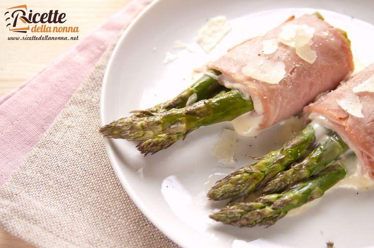 Una ricetta facile e gustosissima, gli involtini di asparagi e prosciutto sono ottimi come secondo piatto che come antipasto caldo per le vostre cene.