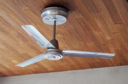【空気を循環させよ】¥27,000工業的で、飾り気の無いシンプルな3枚羽根のシーリングファンです。簡易取付け式で、電気工事は不要。