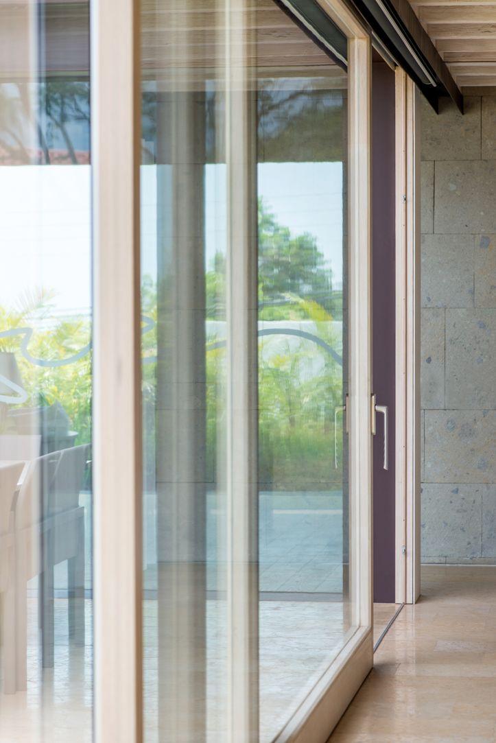 Puerta elevable de madera, en tono blanco con cristales dobles, instalado con riel ahogado. #ventana #ventanademadera #madera #multivi #puertademadera #puerta #cancel #hechoenmexico