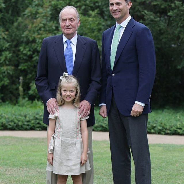 Happy 79th Birthday to former King Juan Carlos of Spain 🎂🎉 -January 5th 2017. . Photo : Princess Leonor (6 years old) of Asturias , King Juan Carlos of Spain and Prince Felipe of Spain pose for an official portrait in Madrid , Spain 📷 -September 12th 2012. . Three generations 👧👨👴. . #royalfamily #KingFelipe #QueenLetizia #PrincessLeonor #InfantaSofia #spanish #Spain #spanishroyalfamily #sisters #girl #spaingirl #sweet #cute #great #adorable #happy #lovely #beautiful #pretty #gorgeous…
