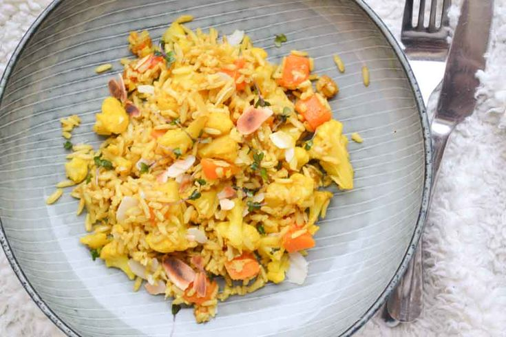 Deze vegetarische pilaf met pompoen en bloemkool is heerlijk kruidig en lekker gezond. Het is een snel en simpel vegan hoofdgerecht met zilvervliesrijst!