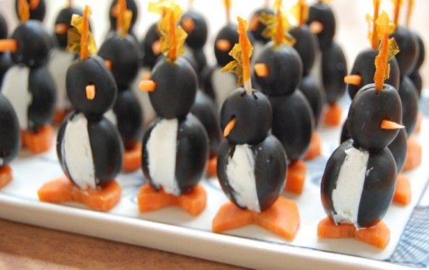 Mini pinguïns gemaakt van zwarte olijven    Ingrediënten   1 blik grote zwarte olijven  1 blik kleine zwarte olijven  150 gram zachte kaas  1 middelgrote wortel  tandenstokers