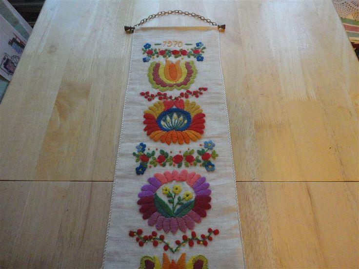 Handbroderad väggbonad/spjällband från 1970 talet i glada färger på
