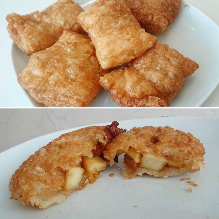 Vem gillar McDonald's Äppelpaj? Då borde ni testa att göra egna  jätte enkelt =) In på denna sida så hittar ni recept -----> @ourkitchenjoy . . #äppelpaj #äpplepaj #paj #frasigaäppelpajer #frasigt #frasiga #mcdonalds #mcdonaldsapplepie #applepie #crispyapplepie #pie #crispy #matblogg #bakblog #stepbystep #blog #foodblog #instafood #instabake #pastry #dessert #efterätt #homemade #homebaked #hembakat #apples #diy