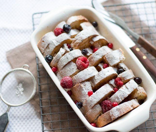 WENTELTEEFJES uit de oven met kaneel en ter decoratie een beetje poedersuiker en rood fruit. Een heerlijk maar o zo makkelijk ontbijt en de ideale manier om oud brood op te maken.