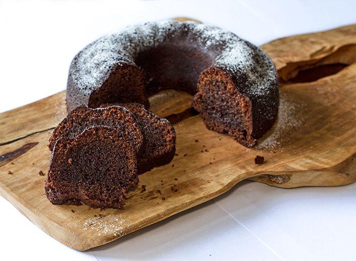 Μια πολύ εύκολη συνταγή για κέικ σοκολάτας από τον Άκη Πετρετζίκη. Εμπνευστείτε γλυκά από το glikessintages.gr