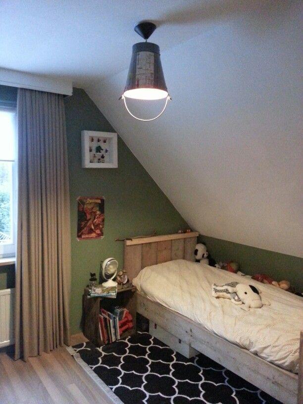 Hanglamp uit India. Steigerhout bed zelf gemaakt.