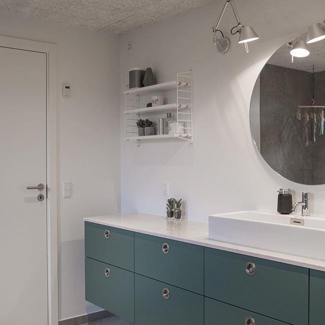 Vi gav puslebordet væk da vi flyttede tilbage i huset. Bordpladen og øverste skuffe helt til venstre udgør nu pusleskuffen, og et håndklæde udgør puslepuden, som bliver fundet frem når den mindste på to et halvt ind i mellem skal 'pusles' #praktisk #pænt #gemtafvejen #puslebord #bad #badeværelse #arkitekttegnet #70ervilla #interiordesign #interior #design #boligmagasinet #invita #invitadanmark #nordicdesign #nature #vola #volaarmatur #stringfurniture #stringpocket #artemide #betteblochd...