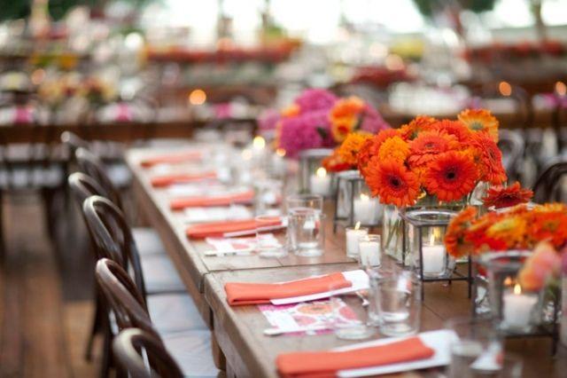 Chrysanthemen orange Farbe Blüten am Gartentisch Party