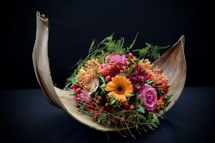 Bloemstuk in gedroogd palmblad. #bloemstuk #flowerarrangement #bloemen #flowers #biedermeier #rozen #gerberas